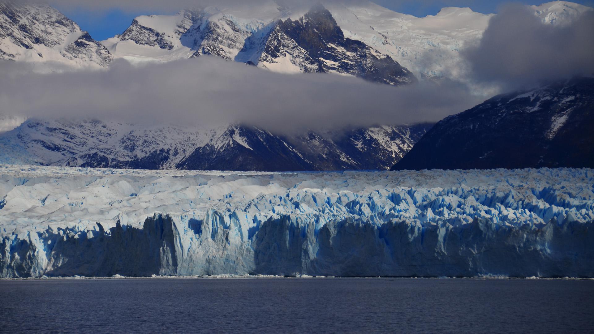 En esta región aumentan las precipitaciones (1.000-5.000 mm anuales) y disminuye la altura de la cordillera. Sólo volcanes aislados, como Lanín y Tronador, tienen altura suficiente para mantener glaciares de cráter. Los glaciares de escombros son menos frecuentes(Foto del Glaciar Perito Moreno)