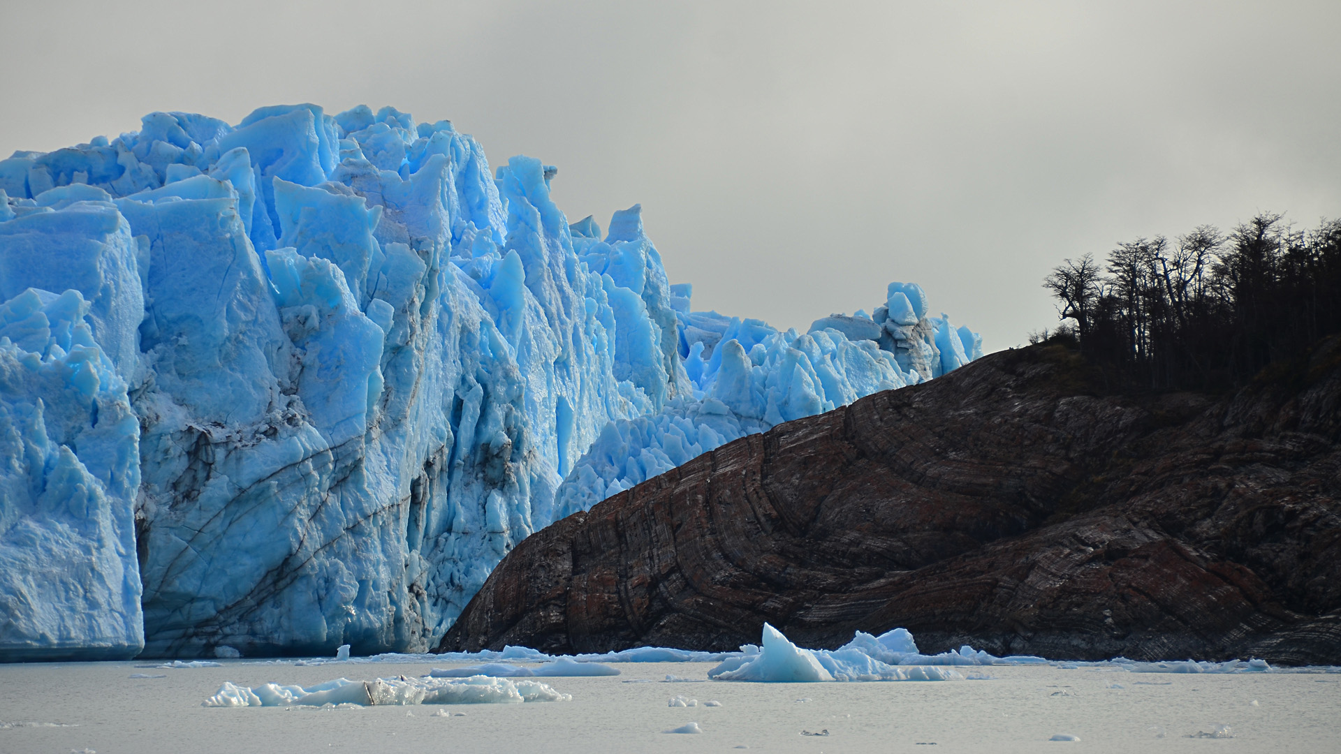 La zona sur patagónica incluye las cuencas del río Deseado y los lagos Buenos Aires y Pueyrredón, hasta las cuencas del río Gallegos y río Chico en la provincia de Santa Cruz (Foto del Glaciar Perito Moreno)