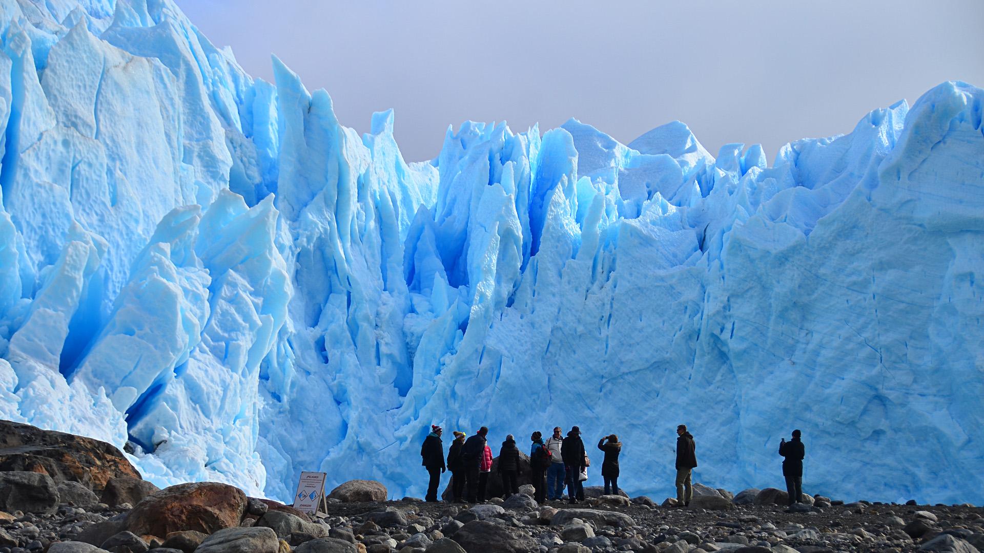 El Glaciar Perito Moreno es la octava maravilla del mundo y forma parte del el Parque Nacional Los Glaciares. Juntos,. forman el Hielo Continental Patagónico, con una extensión de 17.000 kilómetros, que es una de las reservas de agua dulce más importante del mundo