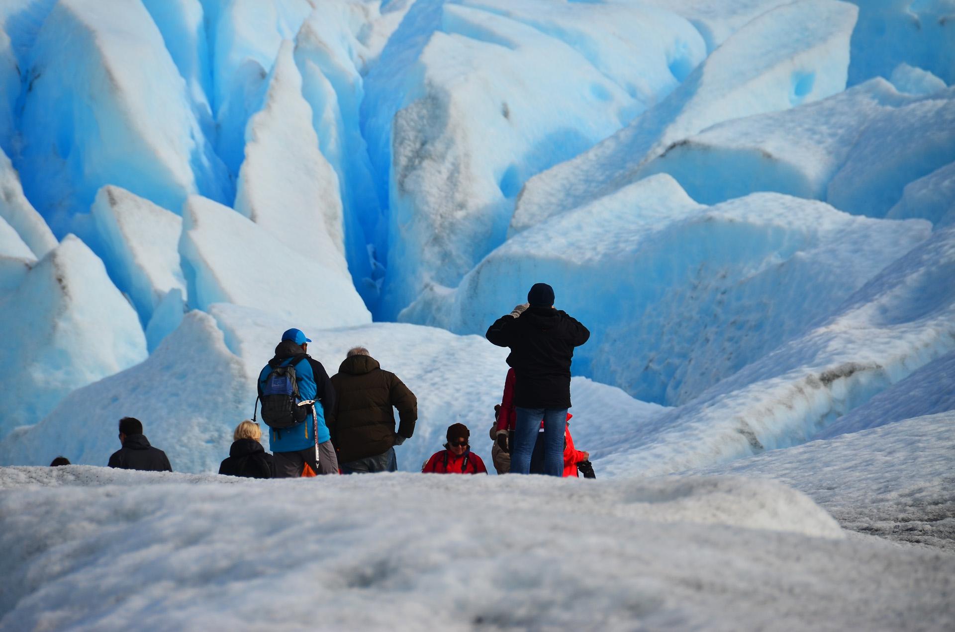 El Perito Moreno, con un frente de 5 km de longitudy una altura de unos 60 metros,forma una represa con las aguas del brazo Rico del Lago Argentino.Se desliza a una velocidad de 100 metros por año,lo que termina produciendo la famosa ruptura de sus paredes