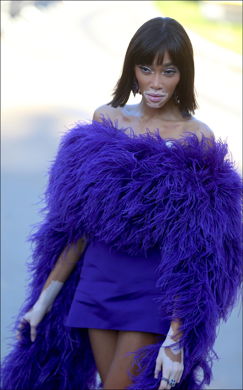 Winnie Harlow en total look violeta.