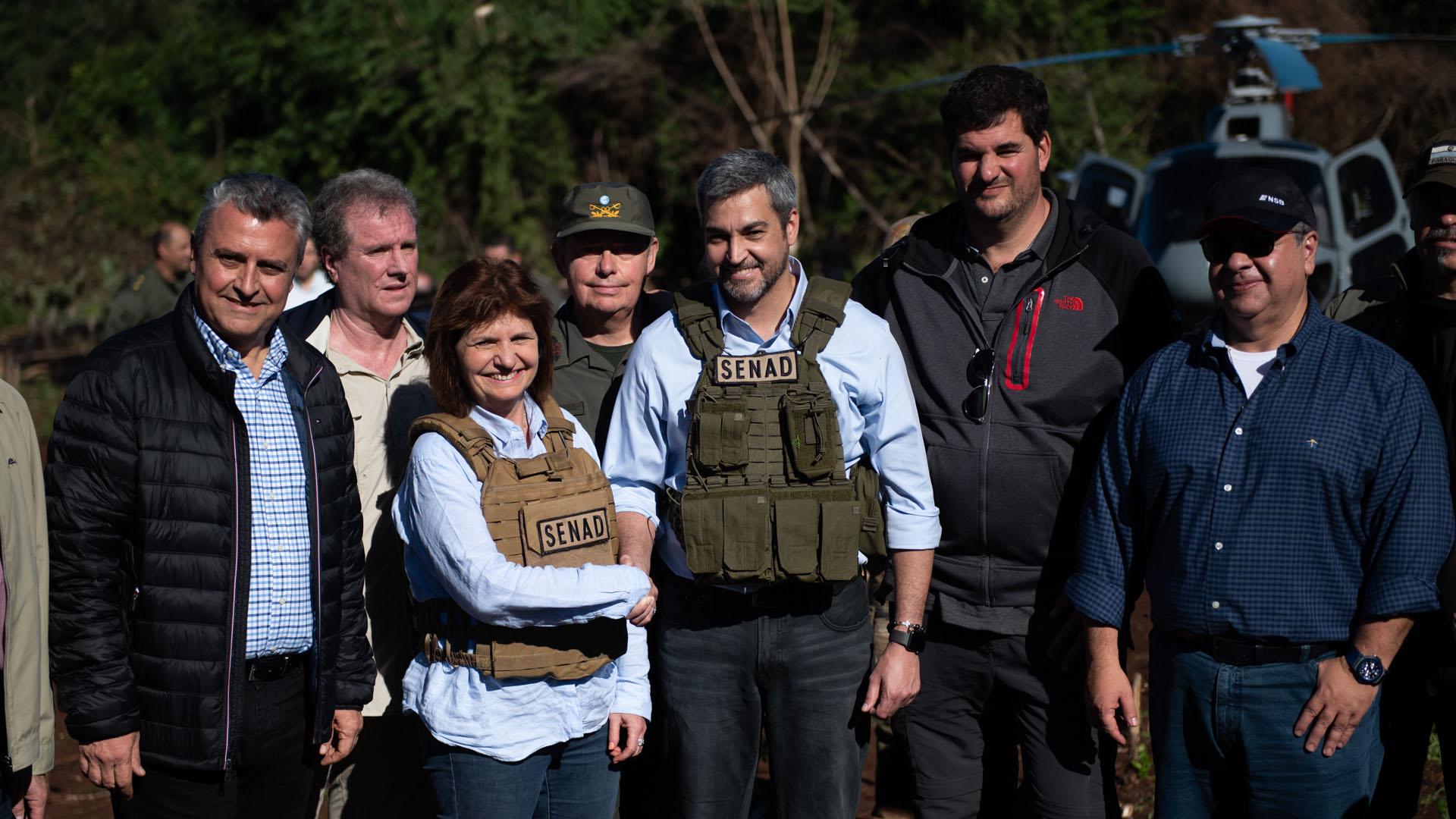 El presidente paraguayo Mario Abdo Benitez junto a Bullrich y Burzaco el martes 4 en la plantación a diez kilómetros del aeropuerto de Pedro Juan Caballero.