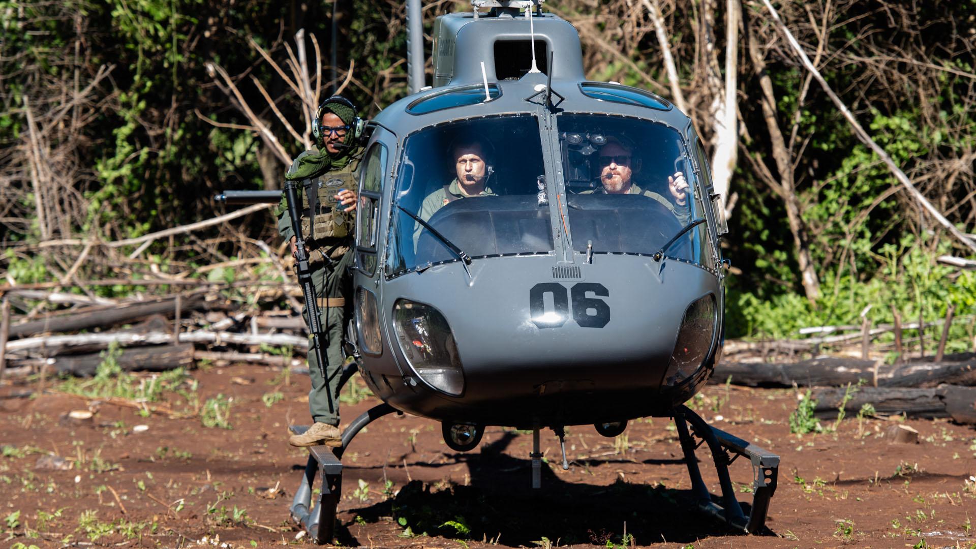 El helicóptero es la forma más rápida de llegar a los plantíos.
