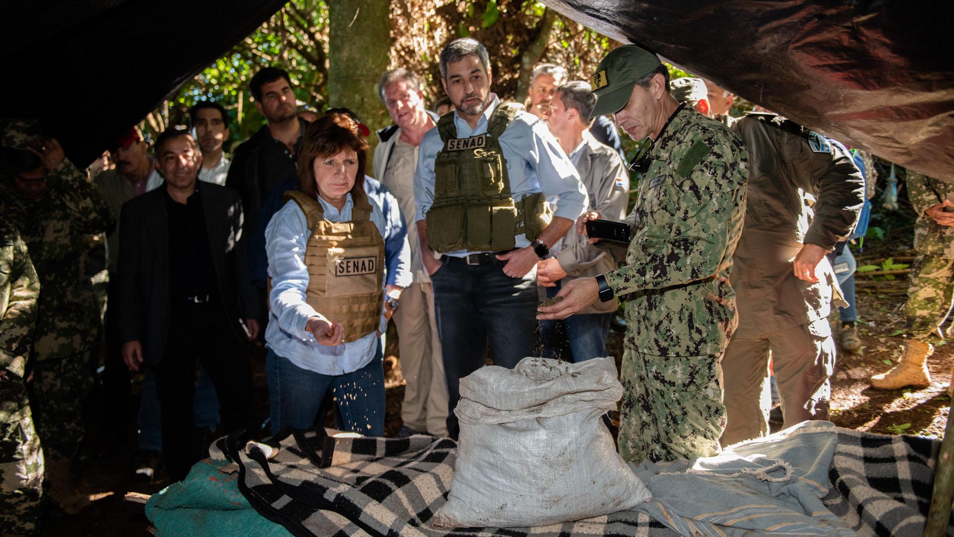 Bullrich y Abdo Jimenez en el campamento de los cosecheros. Arriesgan hasta 25 años de cárcel si los detienen.