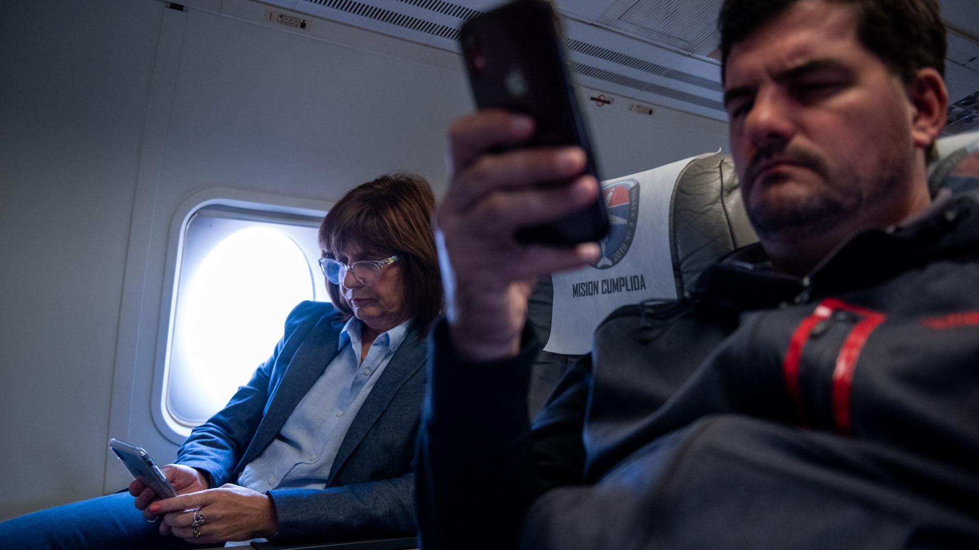 Bullrich y Burzaco en el viaje de ida, vuelo de fuerza aérea.