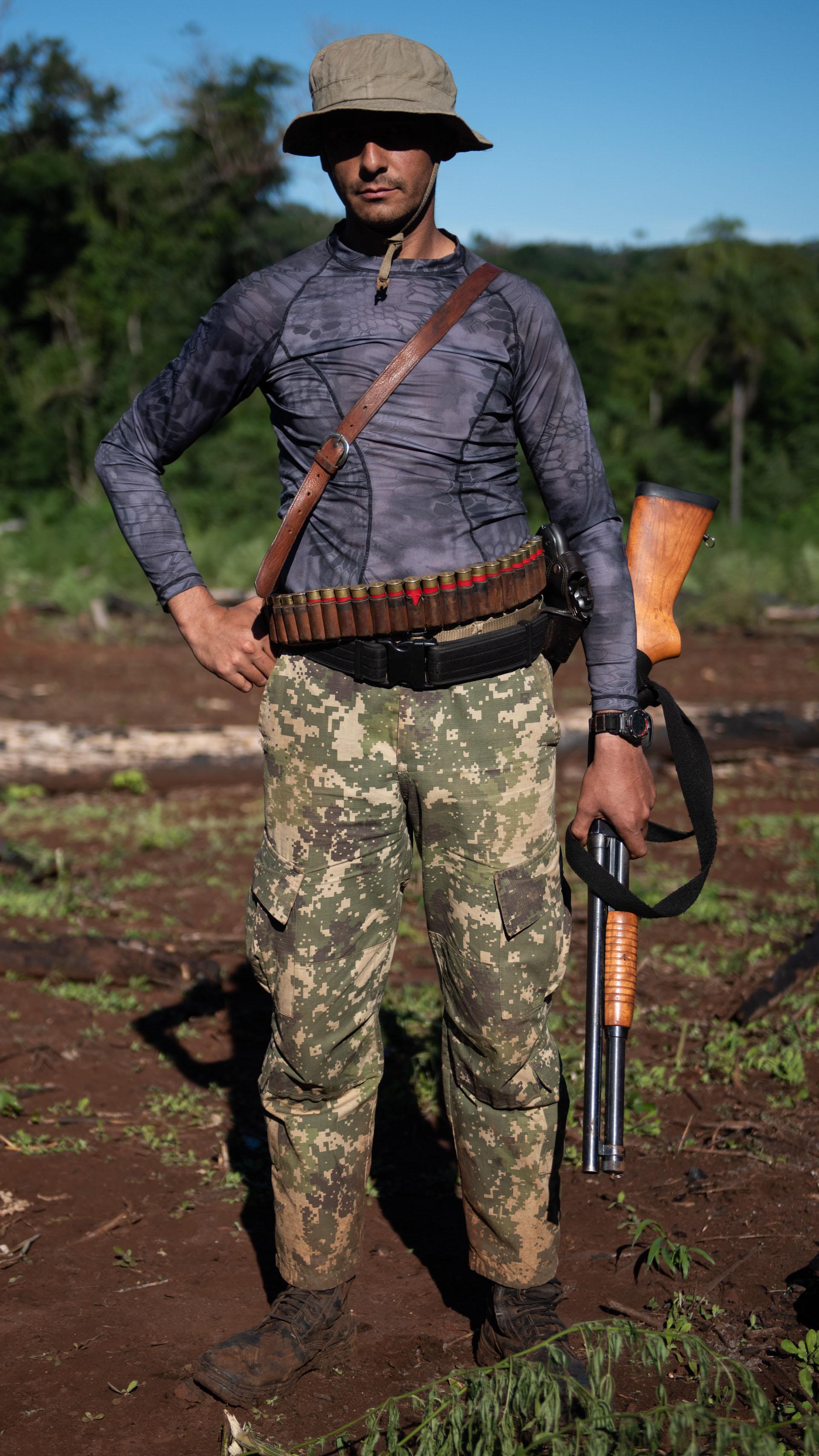 Hombres del SENAD, la agencia antidrogas de Paraguay y de las fuerzas especiales en el territorio. Talan la marihuana a machetazos. Luego se incinera.
