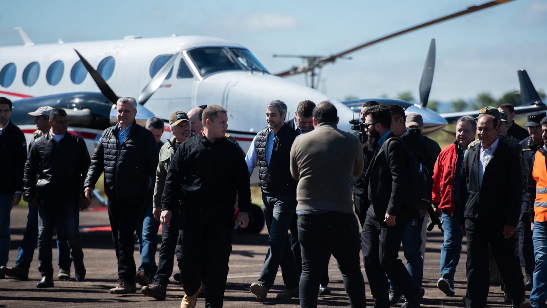 El presidente de Paraguay llega al aeropuerto de Pedro Juan Caballero con su comitiva.