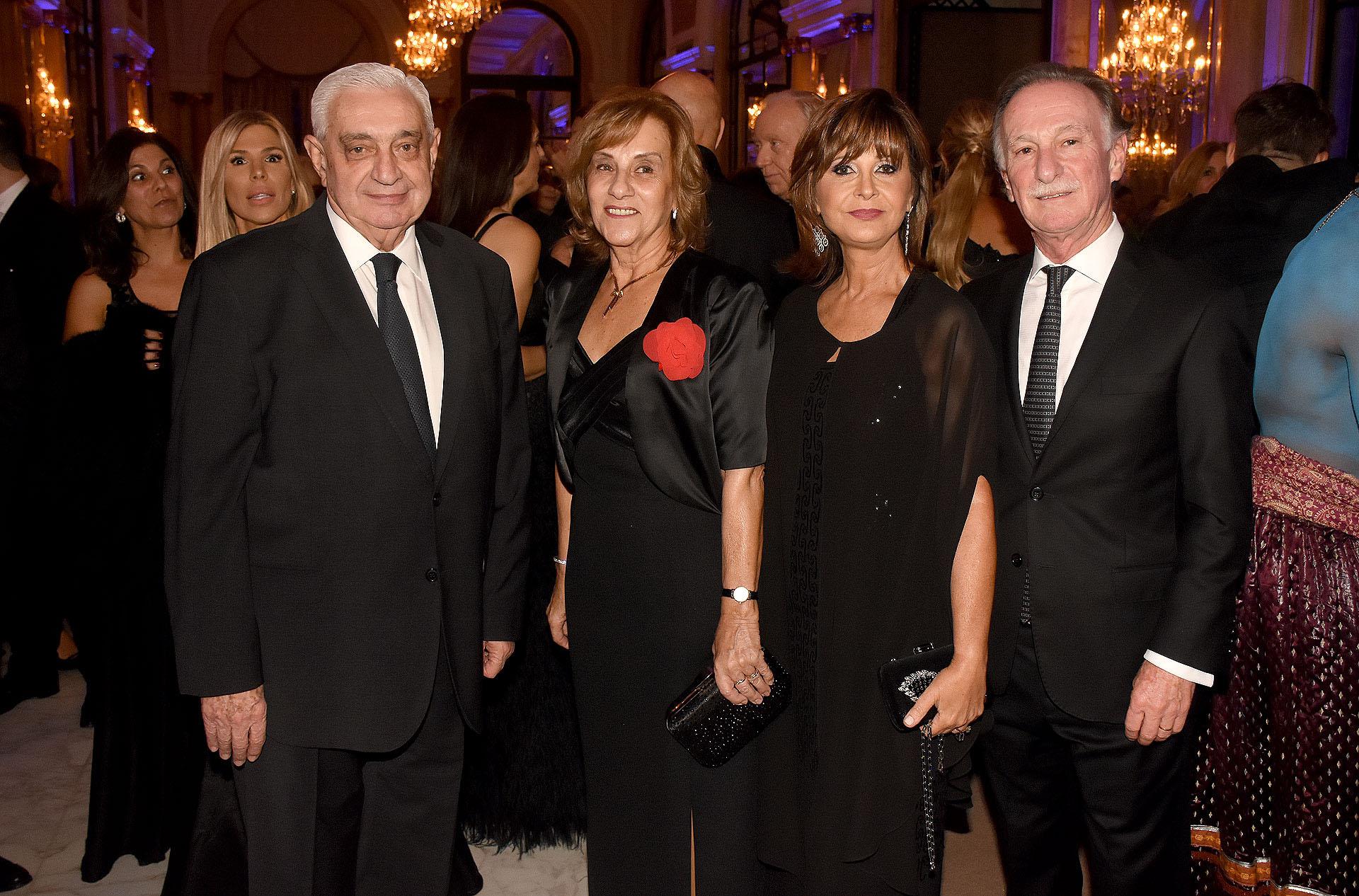 El presidente de la Bolsa de Comercio de Buenos Aires, Adelmo Gabbi, junto a Gustavo Weiss, titular de CAMARCO, y sus esposas