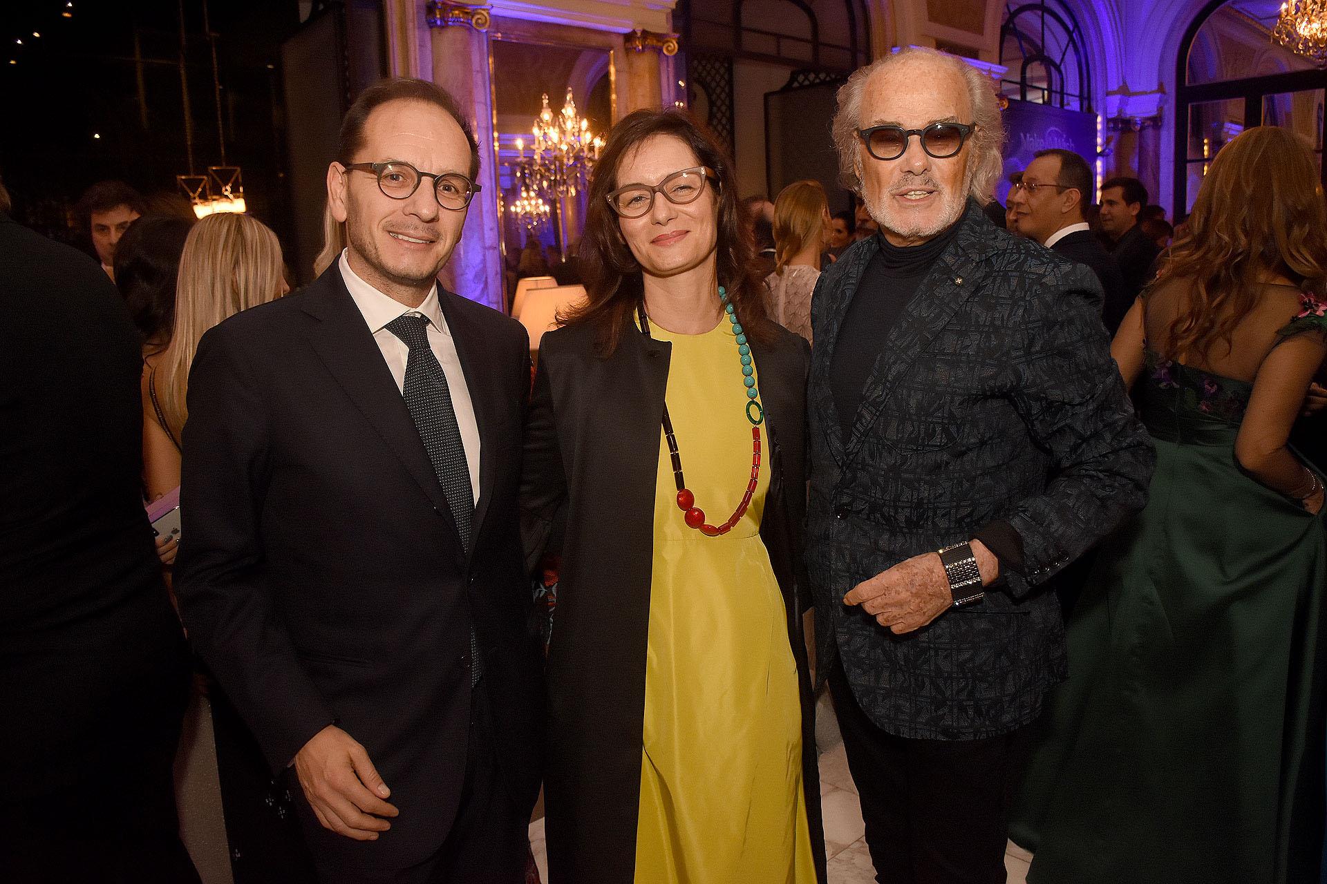 El embajador de Italia en la Argentina, Giuseppe Manzo; su mujer Alma Hado y Gino Bogani