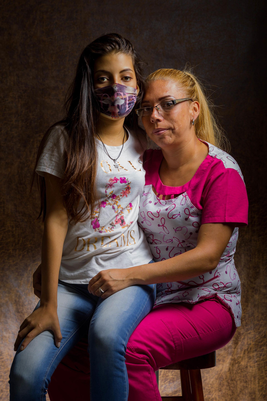Evelline Fernández posa con su hija Edenny, de 15 años, el pasado 23 de mayo de 2019, en Caracas (EFE/Miguel Gutiérrez)
