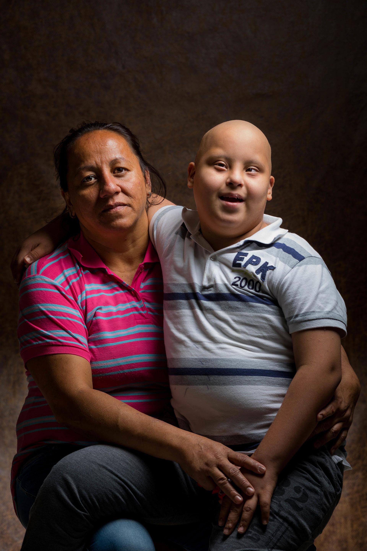 Jacqueline Sulbarán posa con su hijo Carlos, de 10 años, el 19 de mayo de 2019, en Caracas (Venezuela). Carlos está curado de una Leucemia Linfoblástica Aguda Infantil, también conocida por las siglas LLA, pero debe cumplir dos años de tratamiento para evitar una recaída (EFE/ Miguel Gutiérrez)