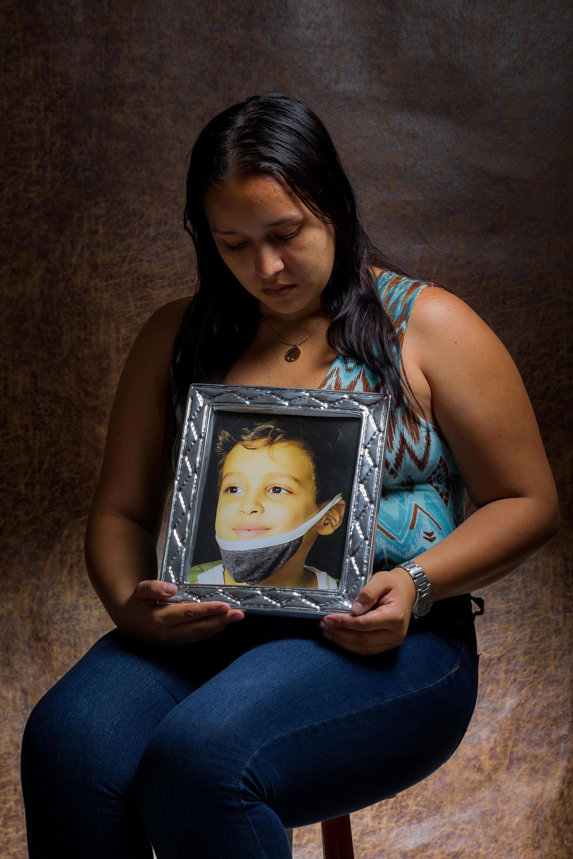 Geraldine Labrador posa el 23 de mayo de 2019 con un retrato de su hijo Robert, quien falleció a la edad de 7 años unos días antes a esta sesión fotográfica, en Caracas (Venezuela) (EFE)