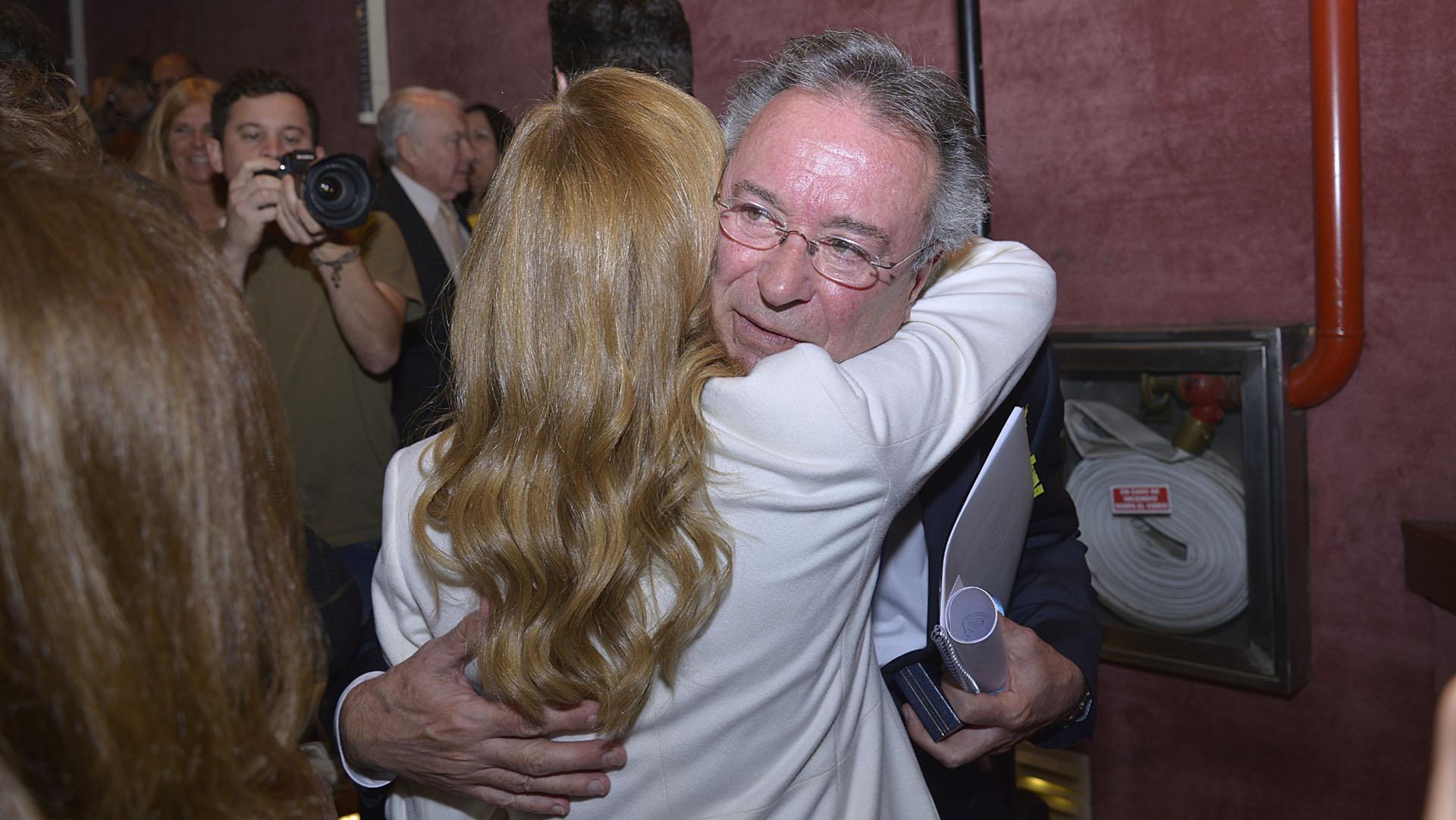 El abrazo con su mujer