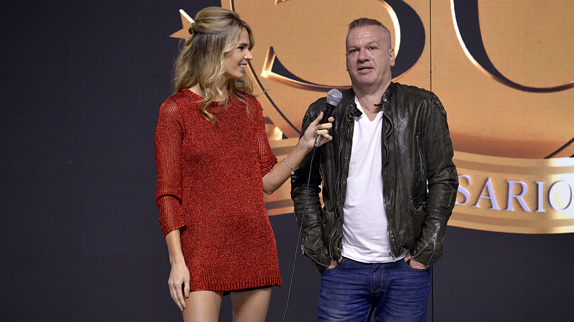 La modelo y periodista Rocío Vivas junto al empresario Leandro Rud en el backstage del desfile más esperado