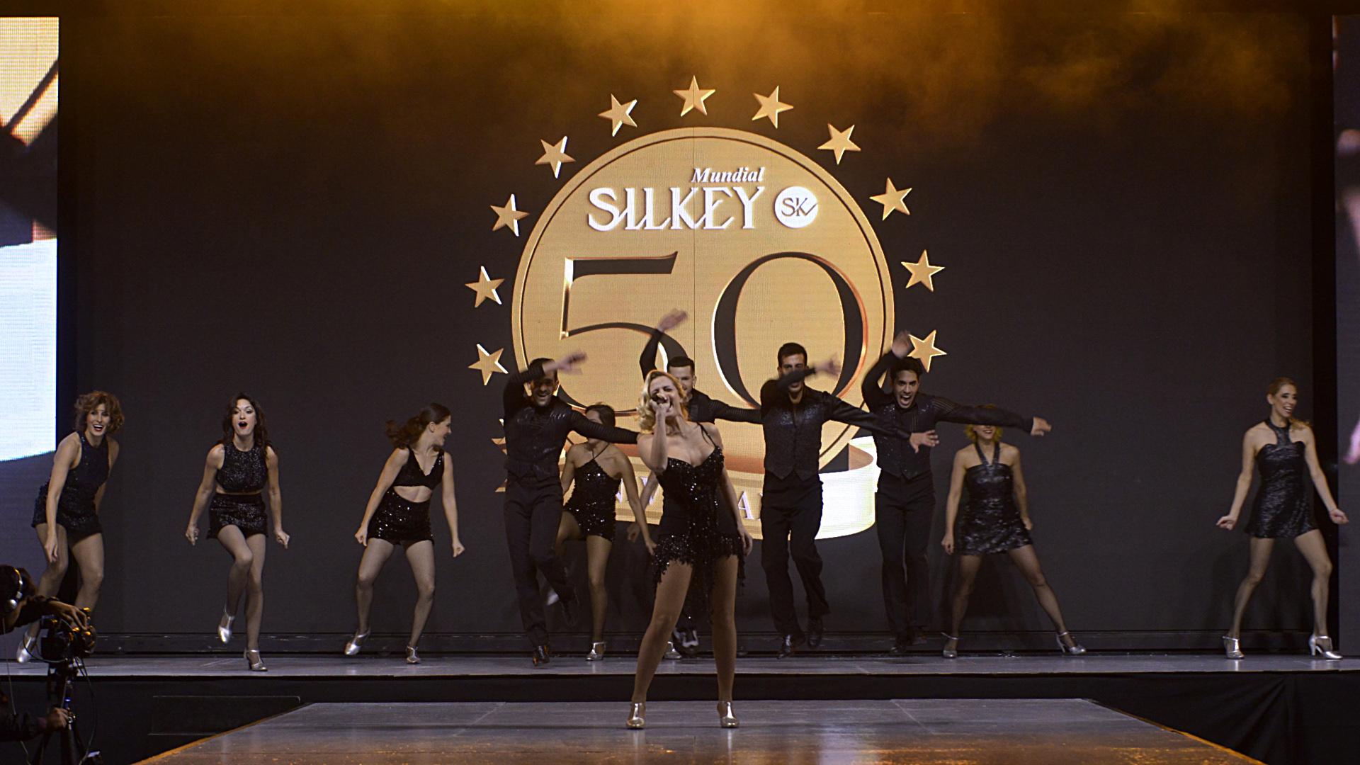 A las 18.30 hs de la tarde, un musical dirigido por el coreógrafo Gustavo Wons daba comienzo al tan esperado desfile de SIlkey
