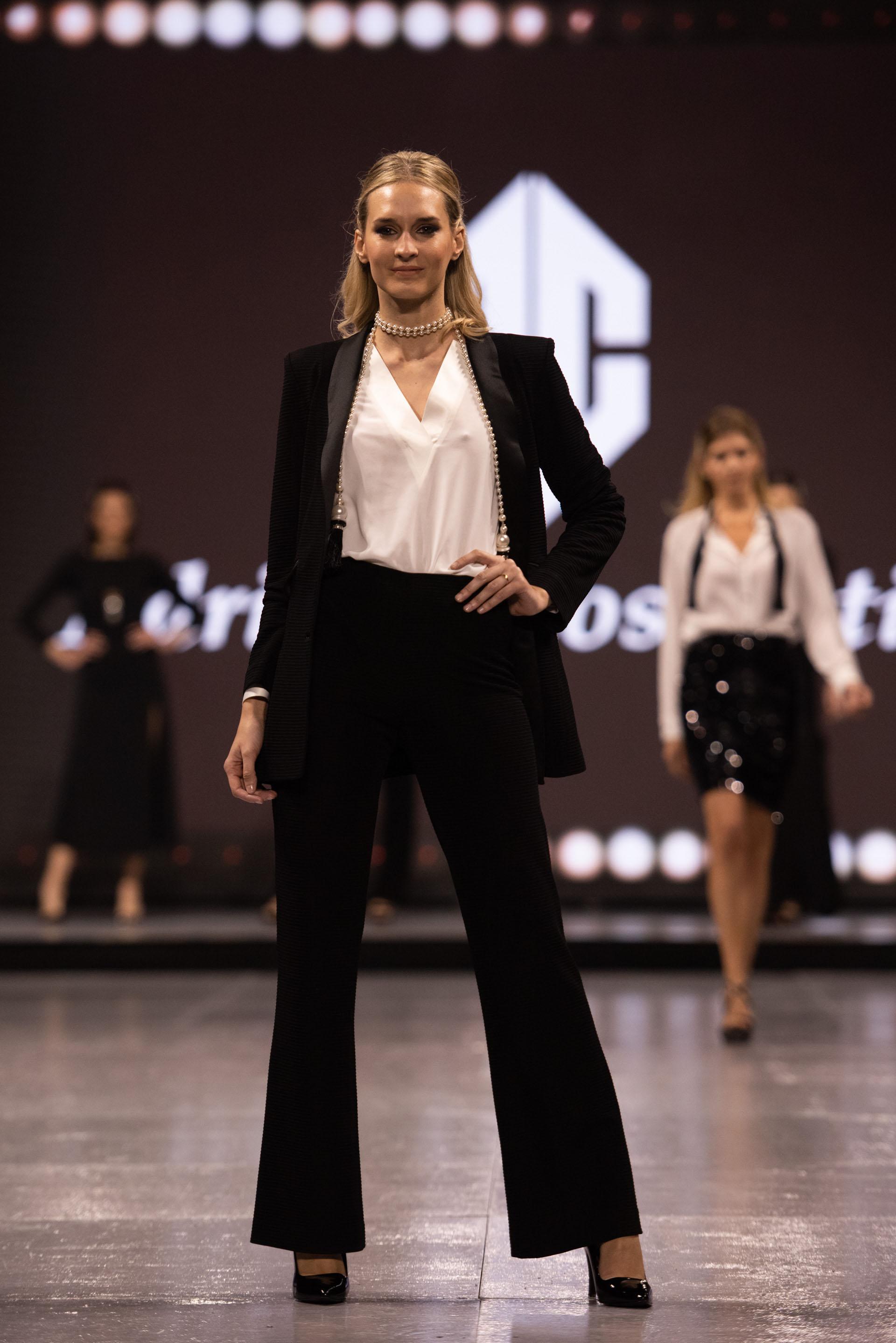 El estilo de sastrería impecable es un sello de la marca que busca vestir a mujeres con la mejor calidad. En este caso las chaquetas, los pantalones largos ylas blusas blancas fueron las prendas clásicas que se llevaron todas las miradas