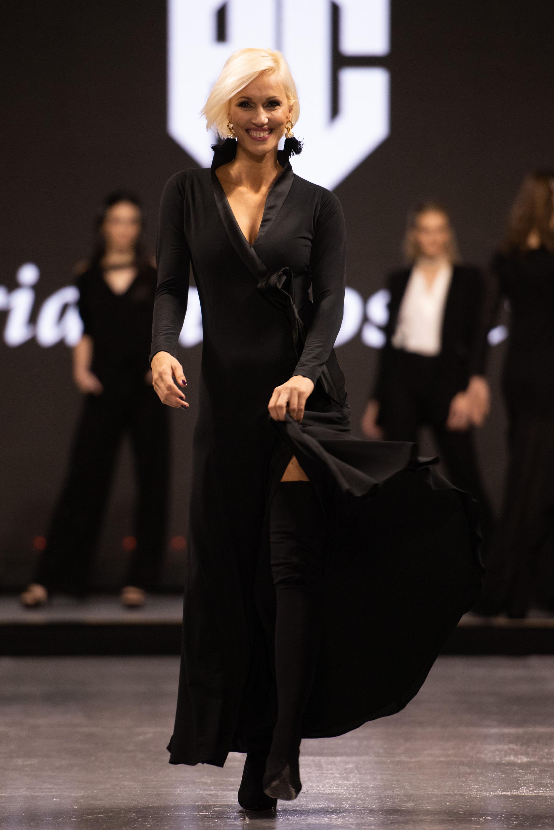 La modelo Ingrid Grudkeluciendo un vestido negro de seda fría y lazo de la colección Prêt-à-porter de Adriana Costantini