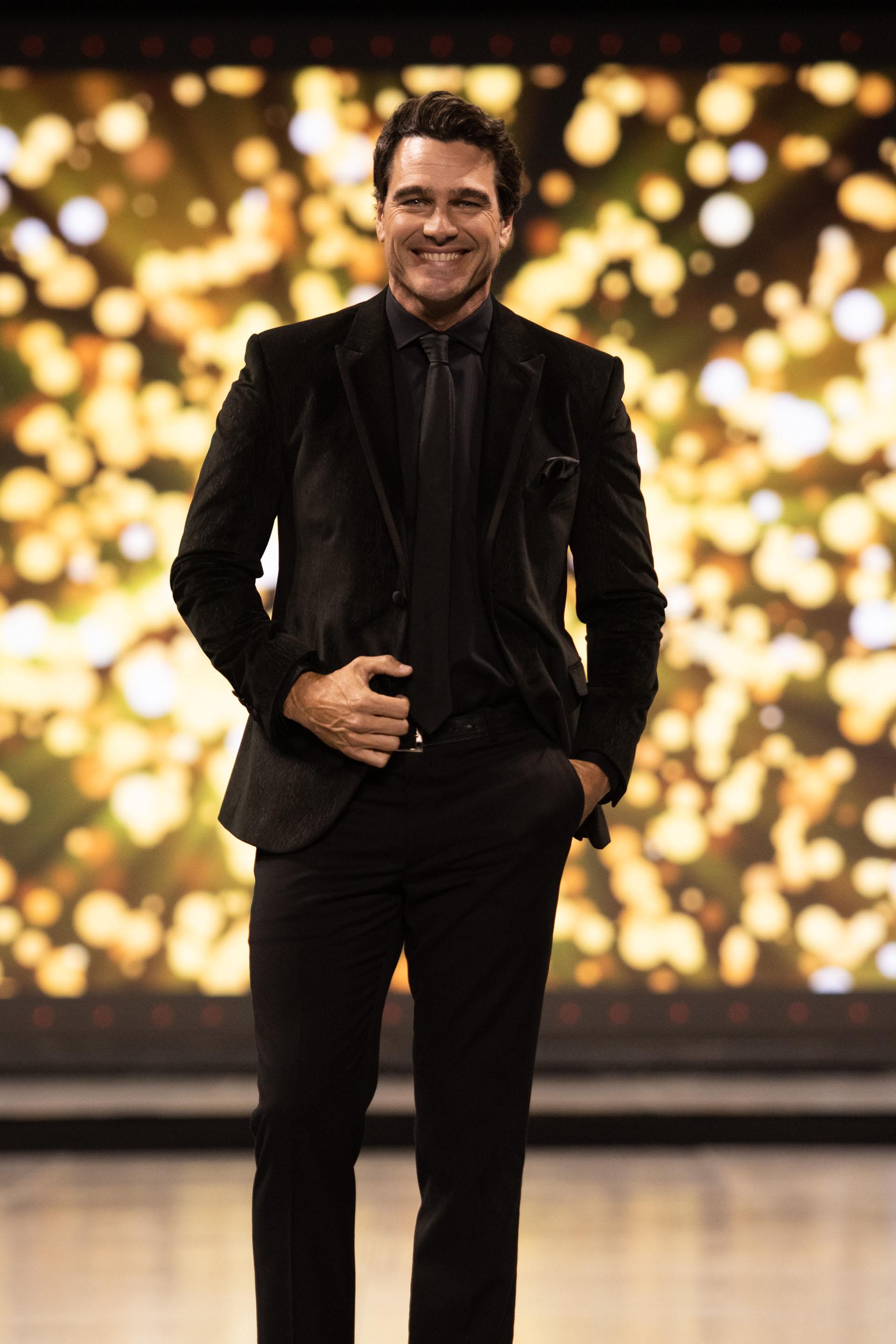 El reconocido modelo y conductor argentino, Hernán Drago, fue el encargado de abrir la pasada de la firma Matices, sinónimo de etiqueta y excelencia en la moda masculina