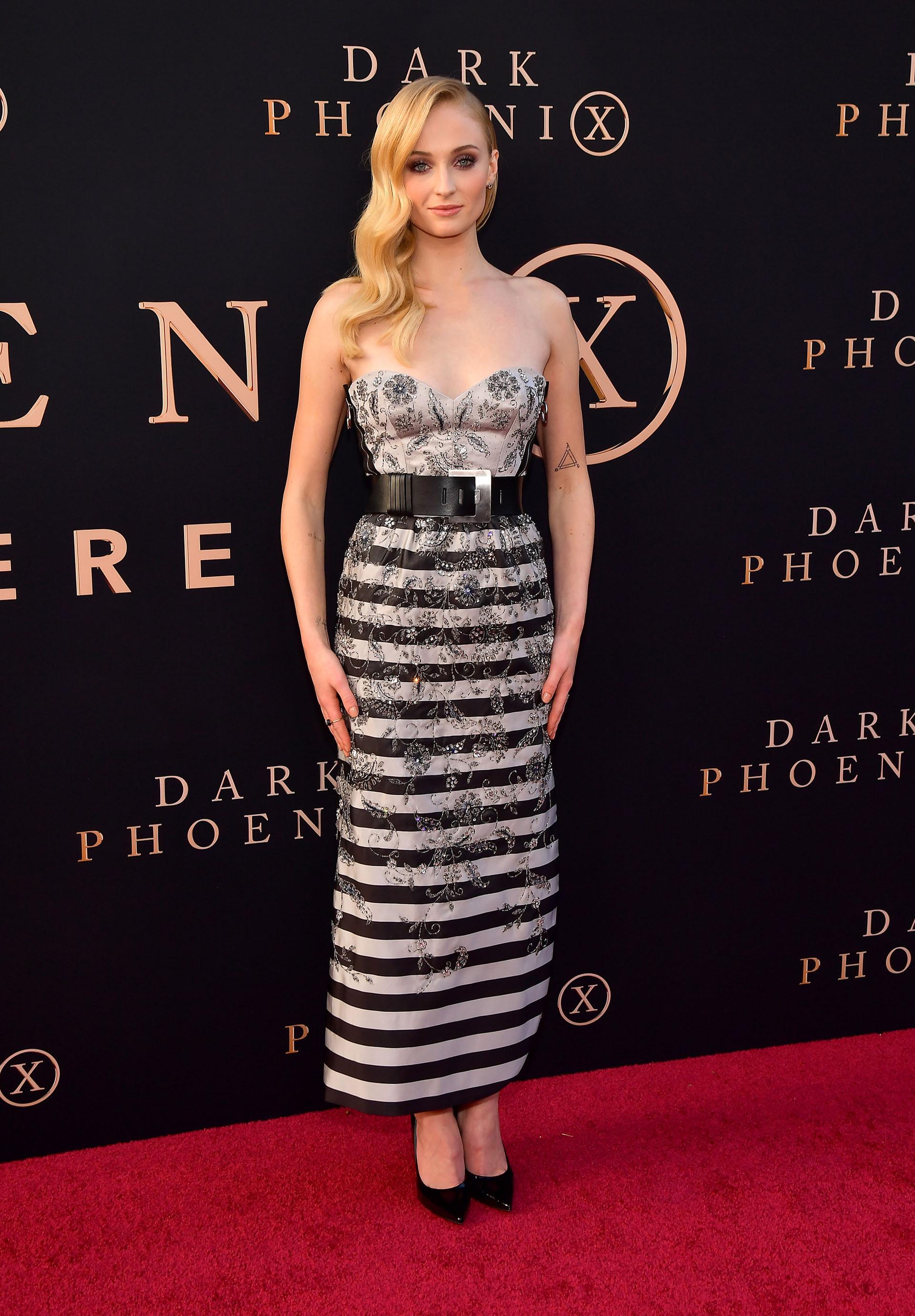 Sophie Turner eligió un vestido blanco y negro con rayas, bordados y corset
