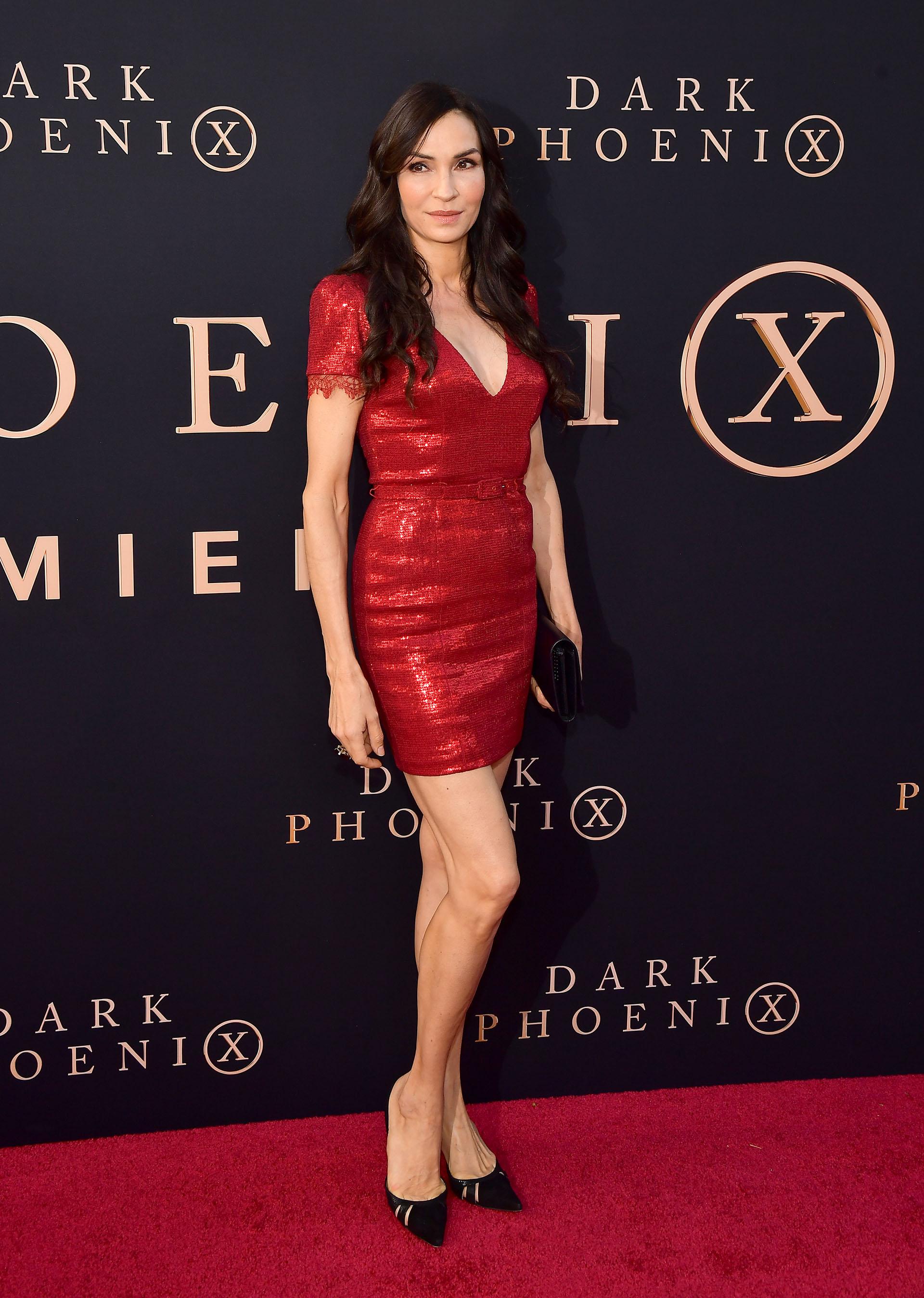 Lady in red: Famke Janssen eligió un ceñido vestido colorado