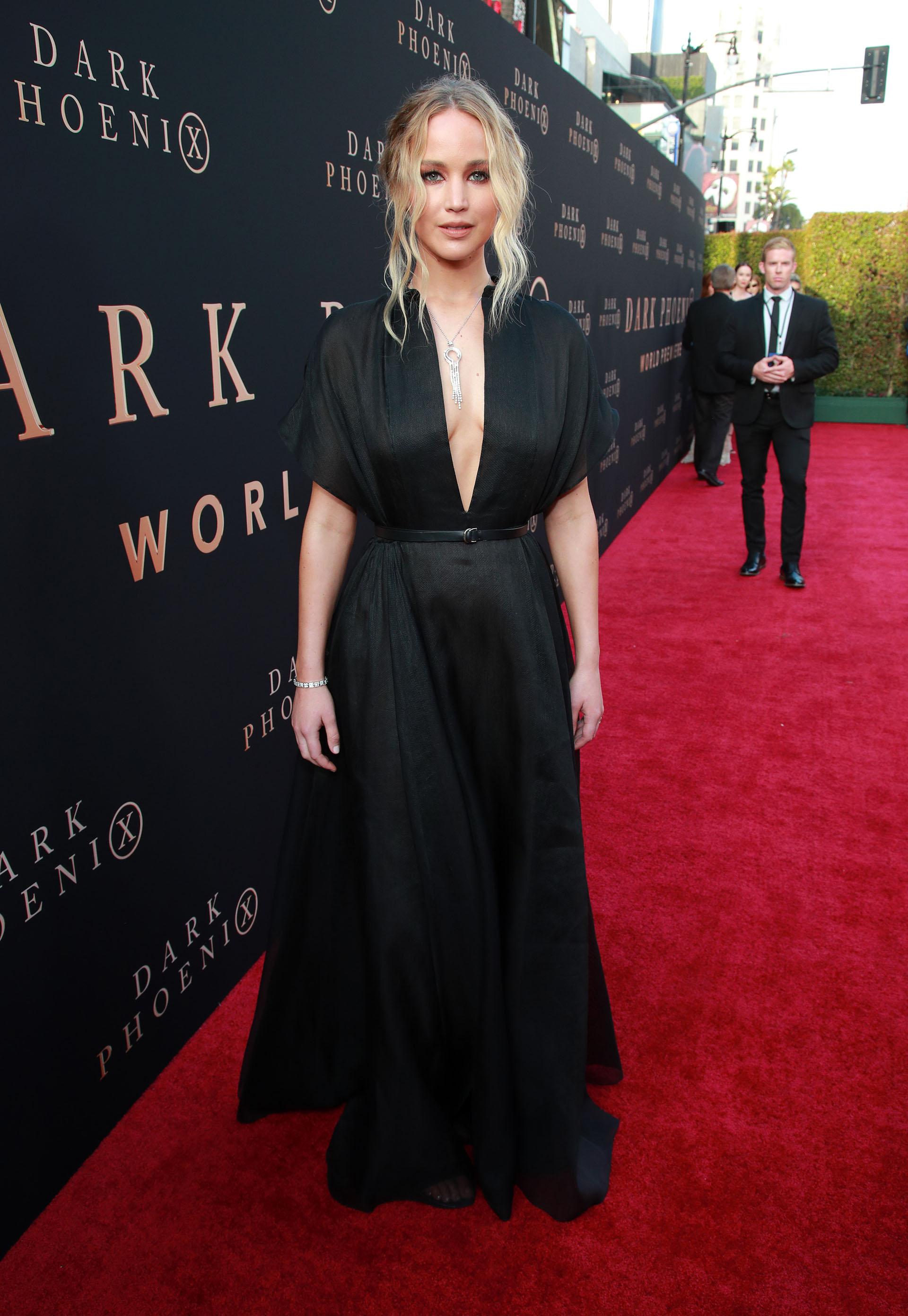"""Jennifer Lawrence con un espectacular vestido negro, a su llegada a la premiere de """"Dark Phoenix"""" que se llevó a cabo en el Teatro Chino, en Hollywood, California"""