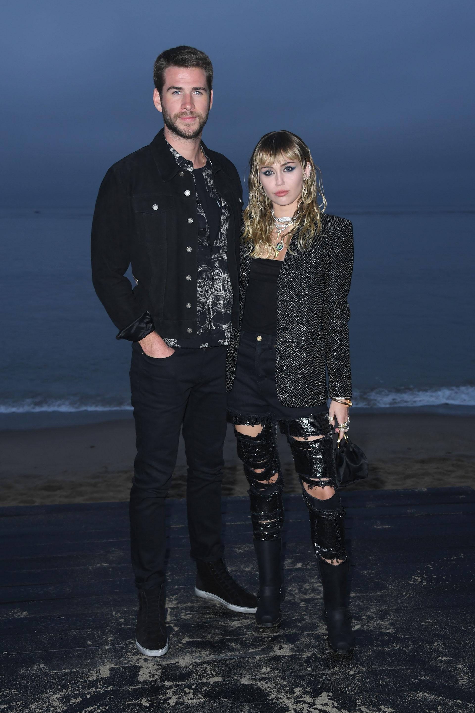 """Miley Cyrus y su marido Liam Hemsworth a su llegada al gran show de la moda de Yves Saint, denominado """"Saint Laurent Men's Spring-Summer 2020"""""""