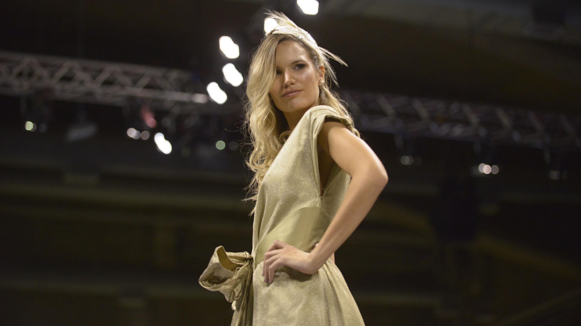 La modelo Eva Bargiela deslumbró en la pasarela de Silkey acompañando a la marca en su aniversario número 50. Desfiló para varias marcas de alta costura y ropa urbana