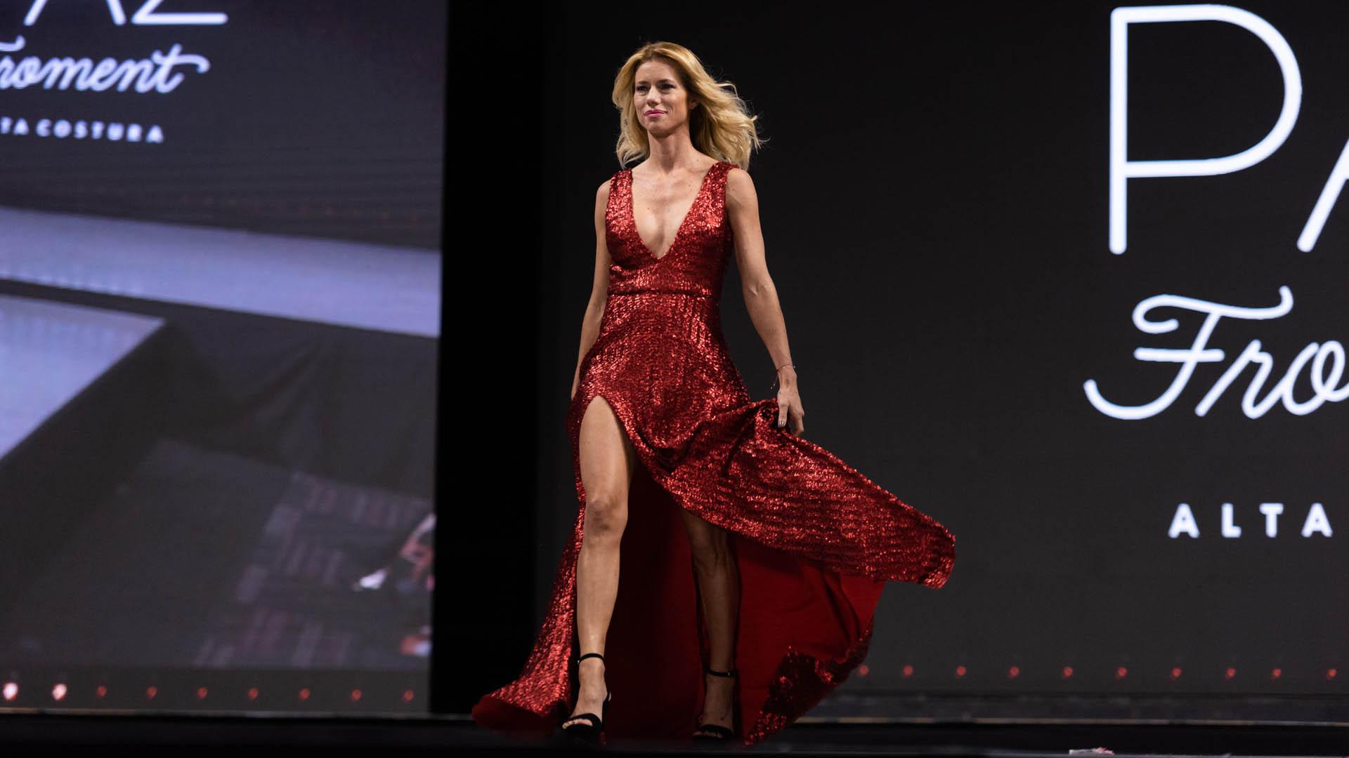 Nicole Neuman con un diseño de Paz Forment en rojo de paillettes