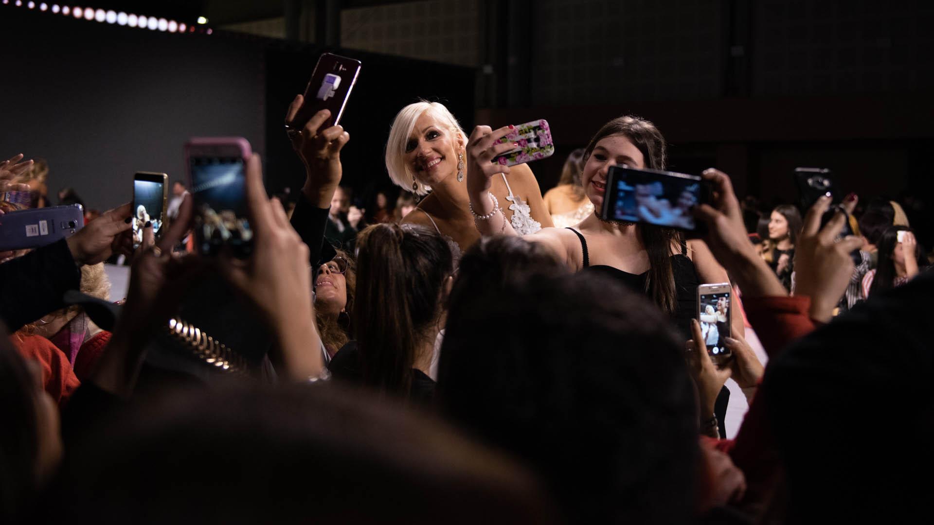 En el cierre de la velada mágica la supermodelo aprovechó para fotografiarse con los fanáticos presentes