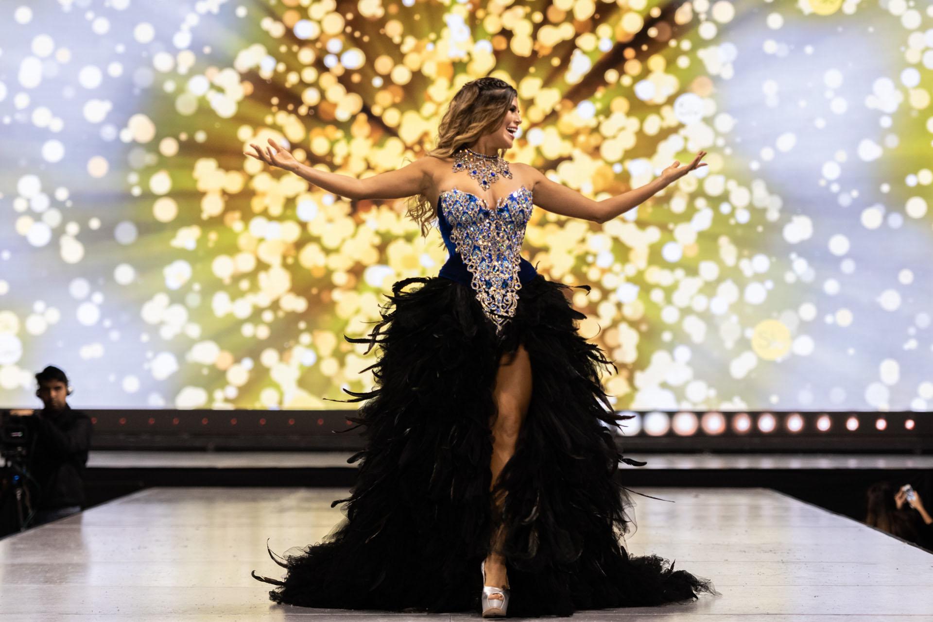 Loly Antoniale lució un diseño de Marcelo Péndola de la colección Reinas. En corsé bordado y tul, la modelo brilló en la pasarela de Silkey y con el traje confeccionado a mano