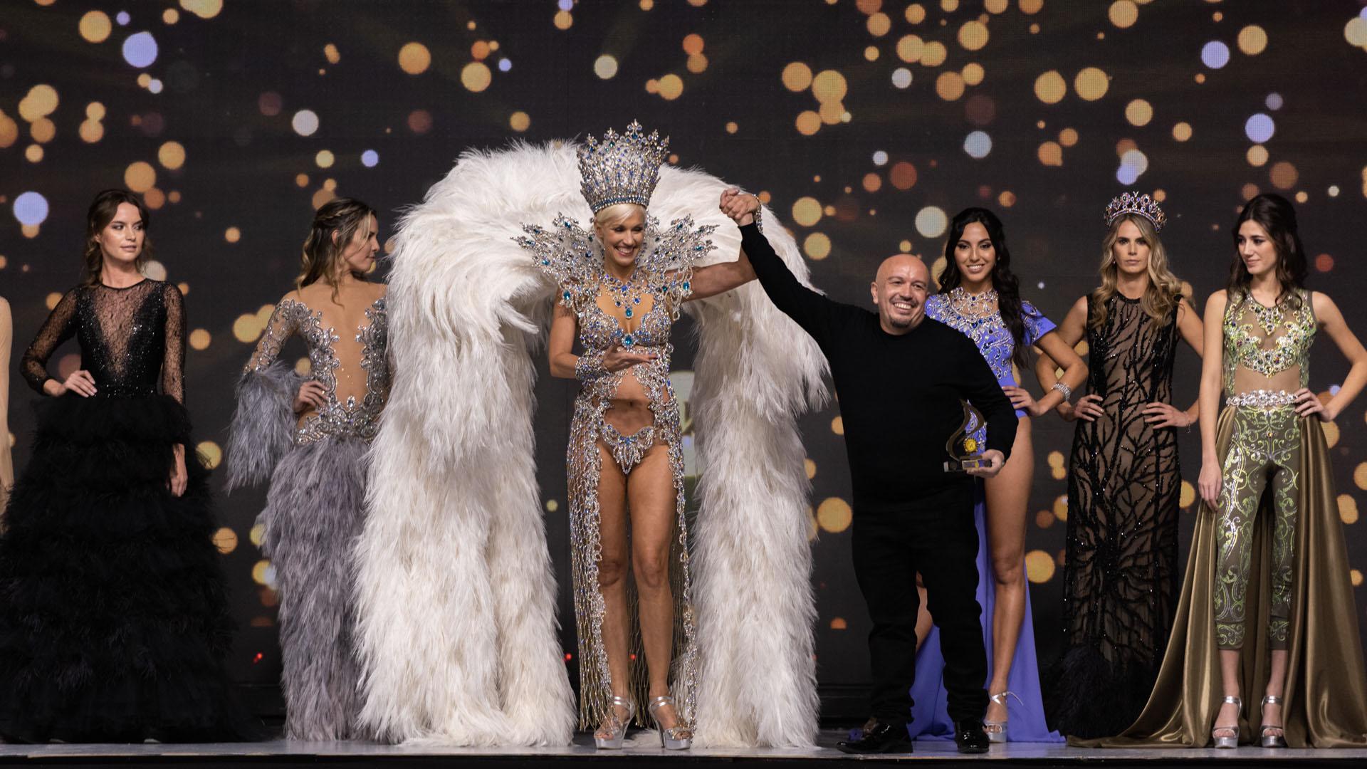 Sobre la extensa pasarela en el Centro de Convenciones Buenos Aires, las top models y los diseñadores más reconocidos del país, celebraron los 50 años de la marca experta en cosmética y belleza