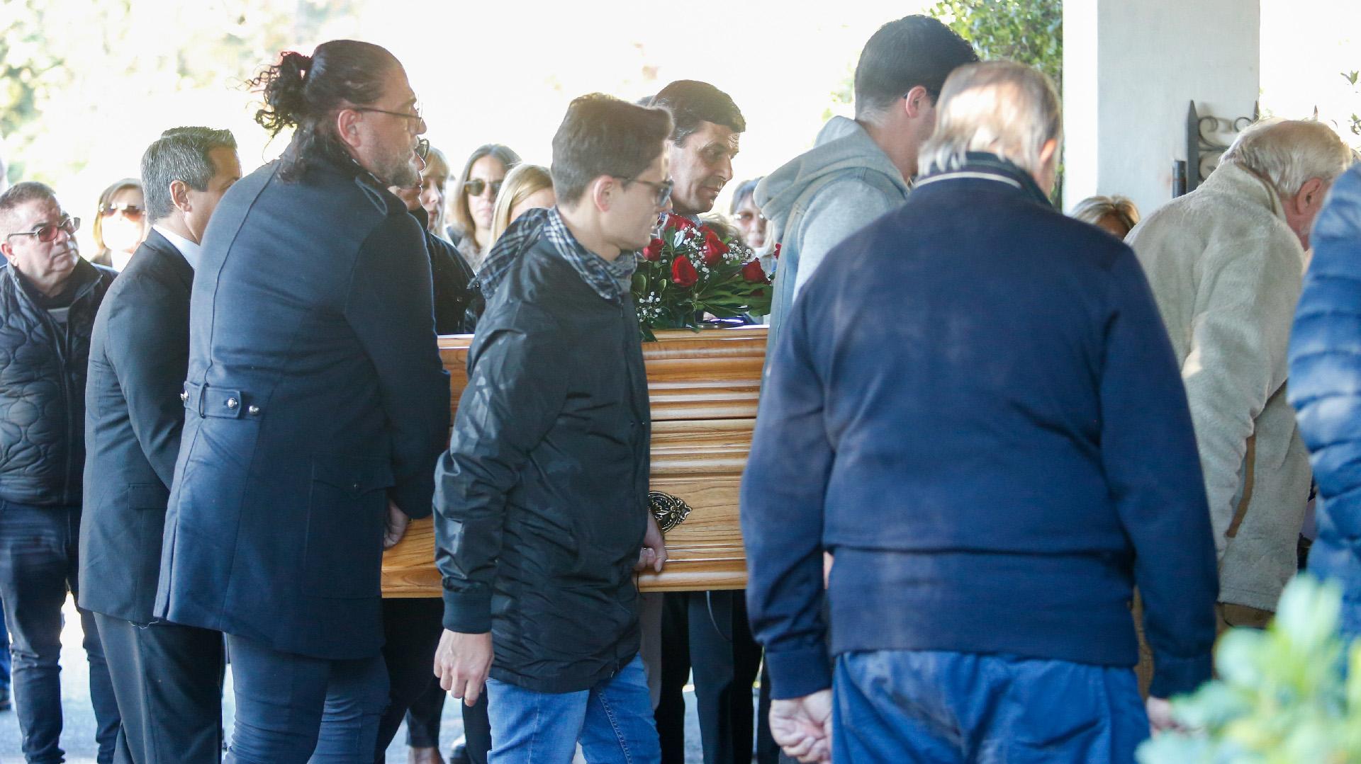El peluquero Fabio Cuggini y el periodista Lío Pecoraro despidieron los restos de Lucho Avilés en el Parque Memorial de Pilar (Nicolás Aboaf)