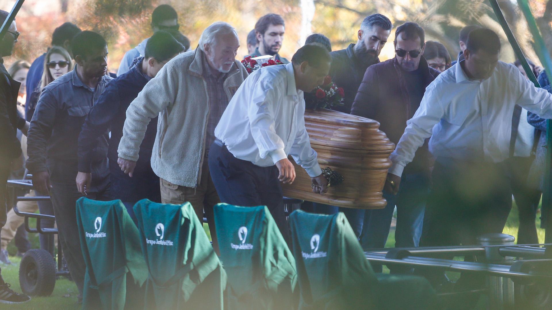 Su mujer, María, y su hijo, Álvaro, se reunieron con algunos amigos de su círculo más íntimo en Casa O'Higgins, en Belgrano, desde donde salió el cortejo fúnebre (Nicolás Aboaf)