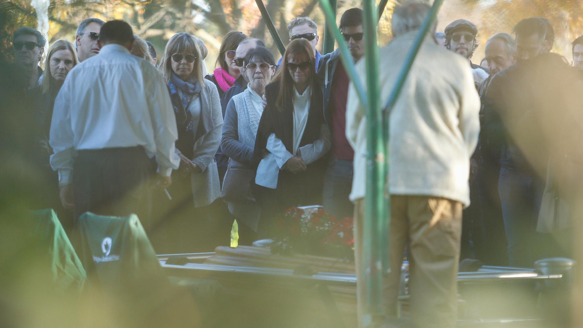 Después de la misa de responso, los presentes despidieron al periodista (Nicolás Aboaf)