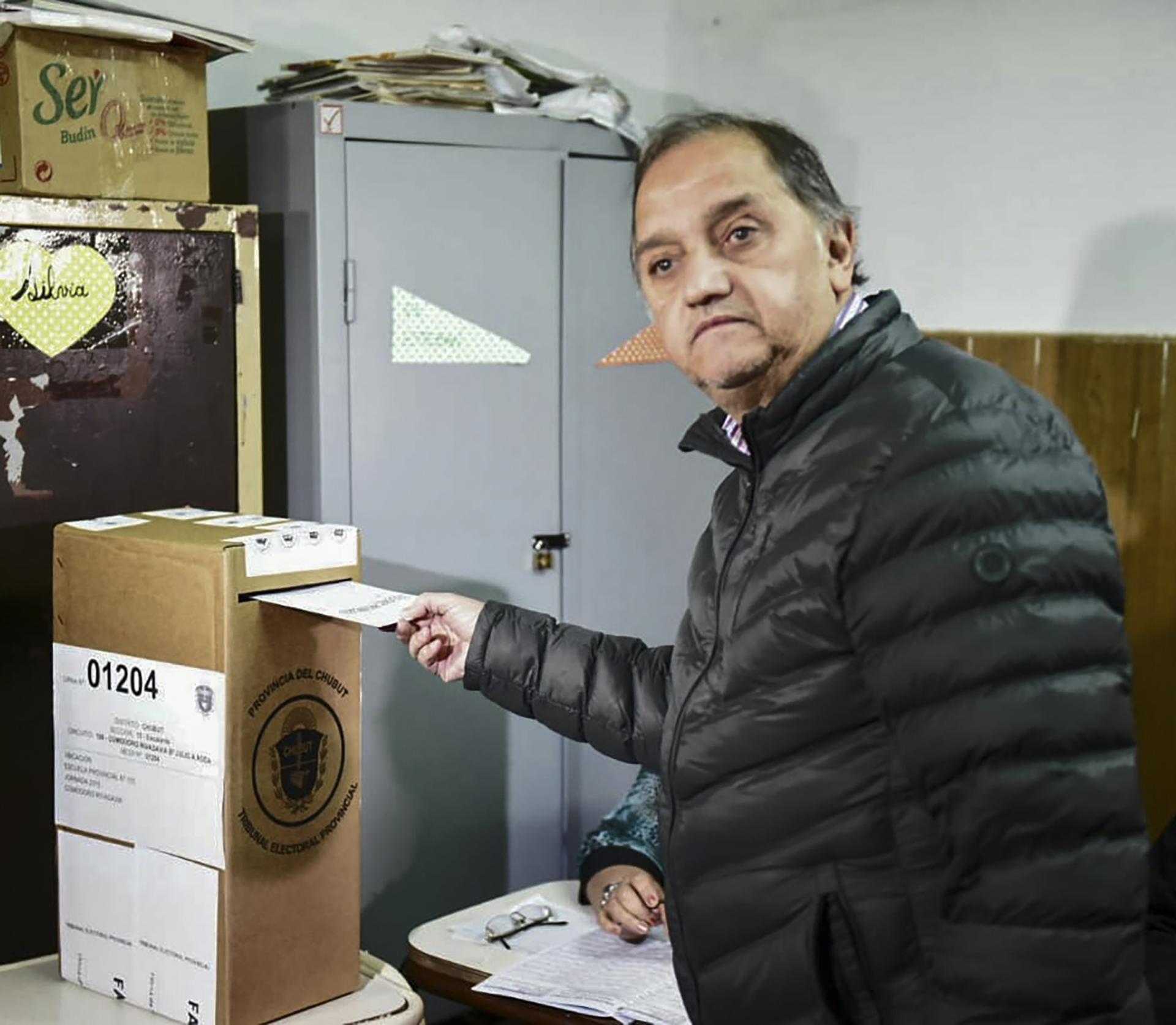 El candidato a la gobernación del Frente Patriótico Chubutense, Carlos Linares,desafía al gobernador Arcioni