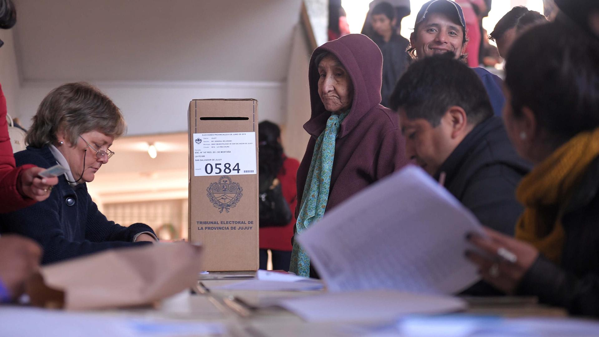 Mesa de votación en Jujuy: el gobernador Morales va por la reelección