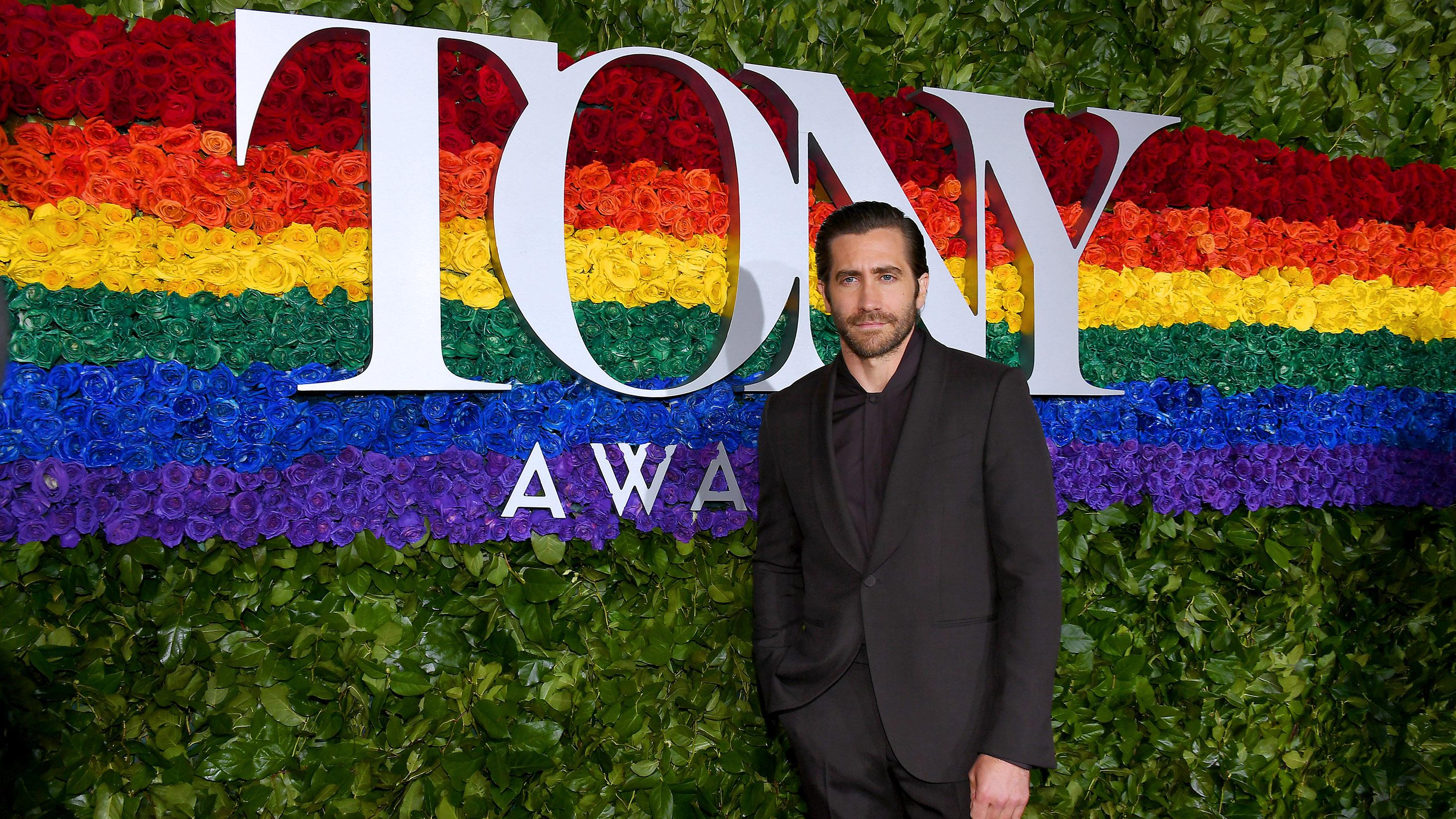 Jake Gyllenhaal posa en la alfombra roja que contó con una arreglo floral con los colores de la comunidadLGBT