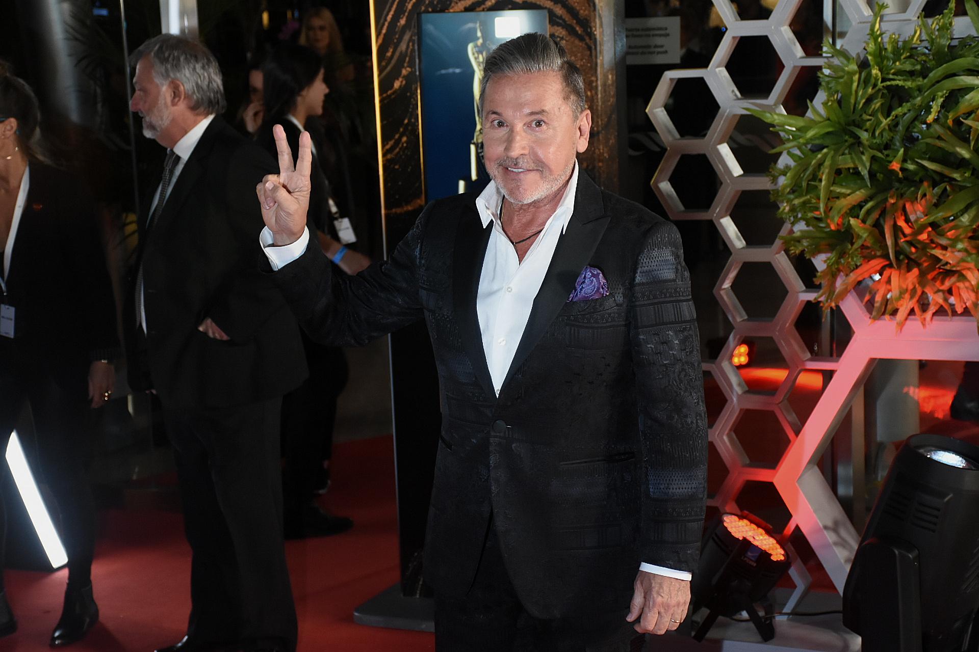 Ricardo Montaner elegantísimo en la red carpet: llegó a los Martín Fierro nominado por La Voz en la terna Programa de Entretenimientos