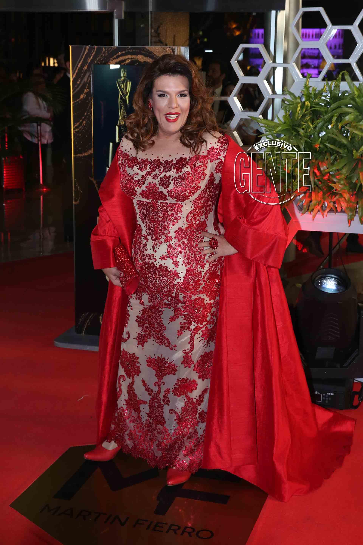 Costa lució vestido en rojo bordado con flores y dibujos búlgaros.