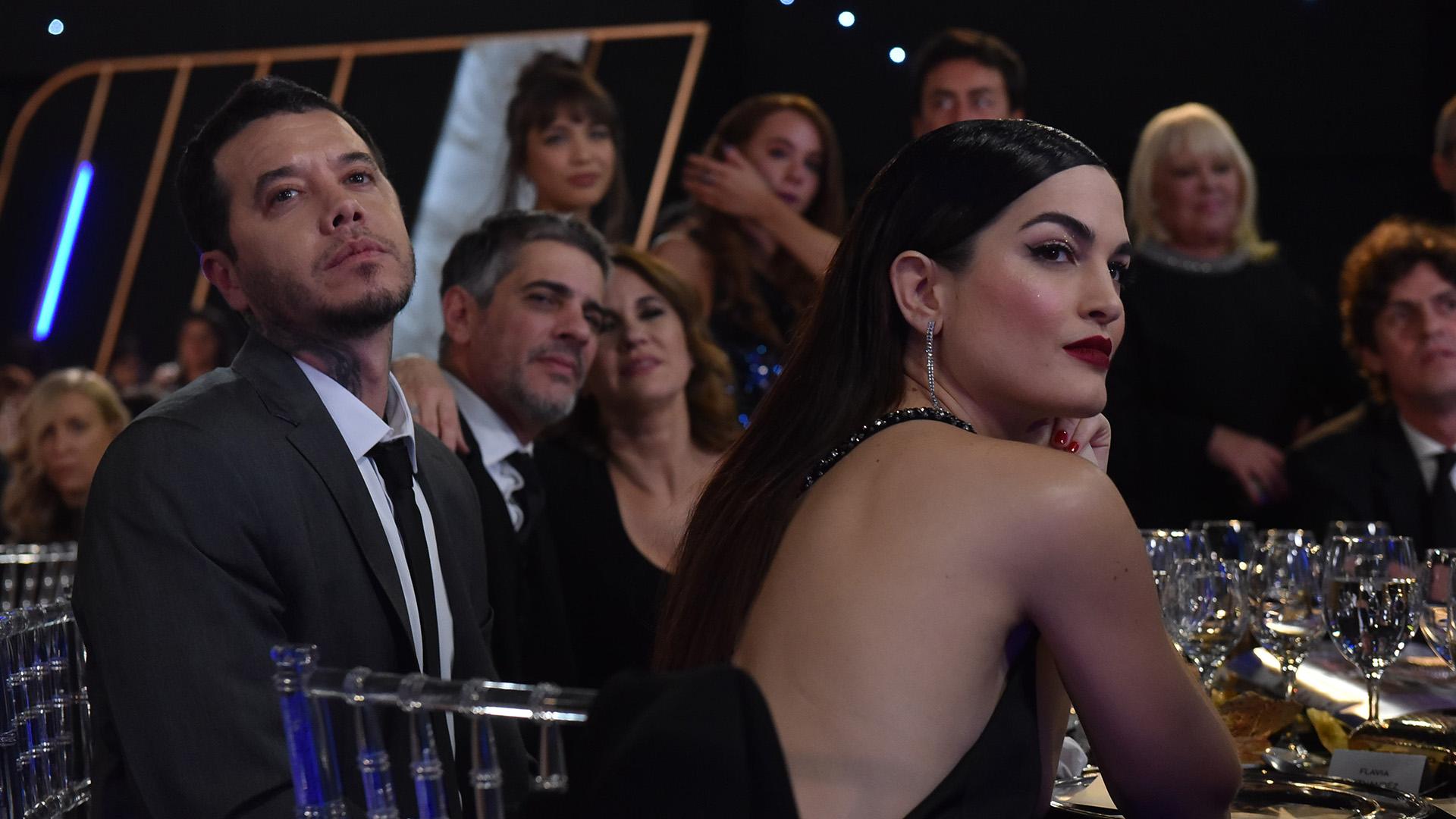 Sebastián Ortega -se llevó el premio Ficción Diaria por 100 días para enamorarse- junto a su pareja Carla Moure compartieron mesa con Pablo Echarri y Nancy Dupláa