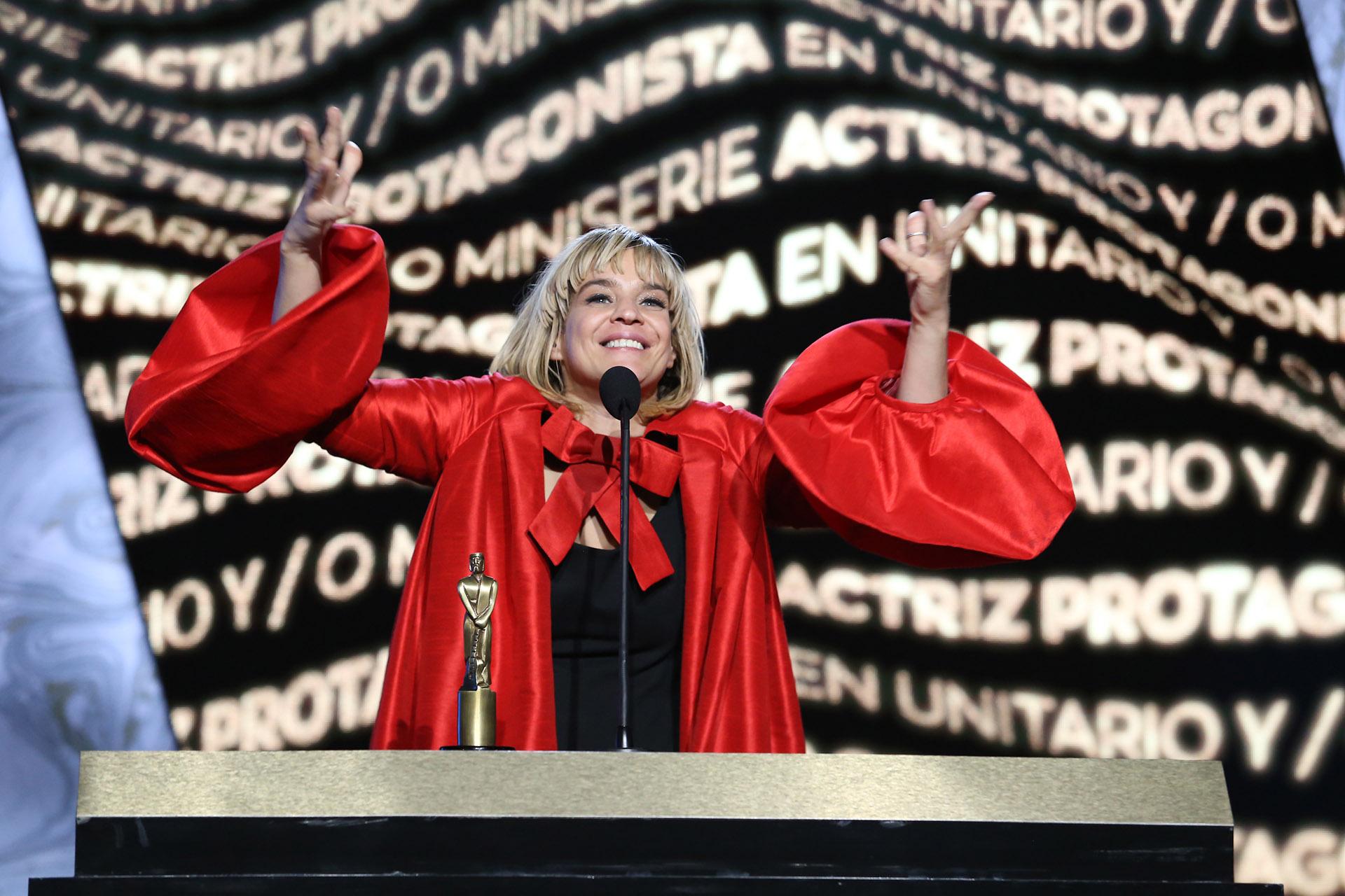 """Leticia Brédice celebró su premio y se lo dedicó a Rodrigo de la Serna: """"ESte premio es tuyo"""". Después siguió emocionada: """"Me quiero enamorar, quiero ser actriz, amo a mi hijo, quiero sentir amor y también quiero que me respeten. Como todas las mujeres, tenemos que lograr desde chiquitas decir que no a lo que nos gusta, lo que no queremos, y sí a lo que queremos cambiar. Todos podemos traspasar la pantalla"""""""