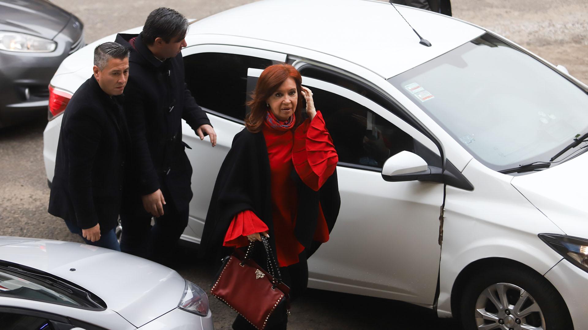 La ex presidente Cristina Kirchner, al llegar a Comodoro Py