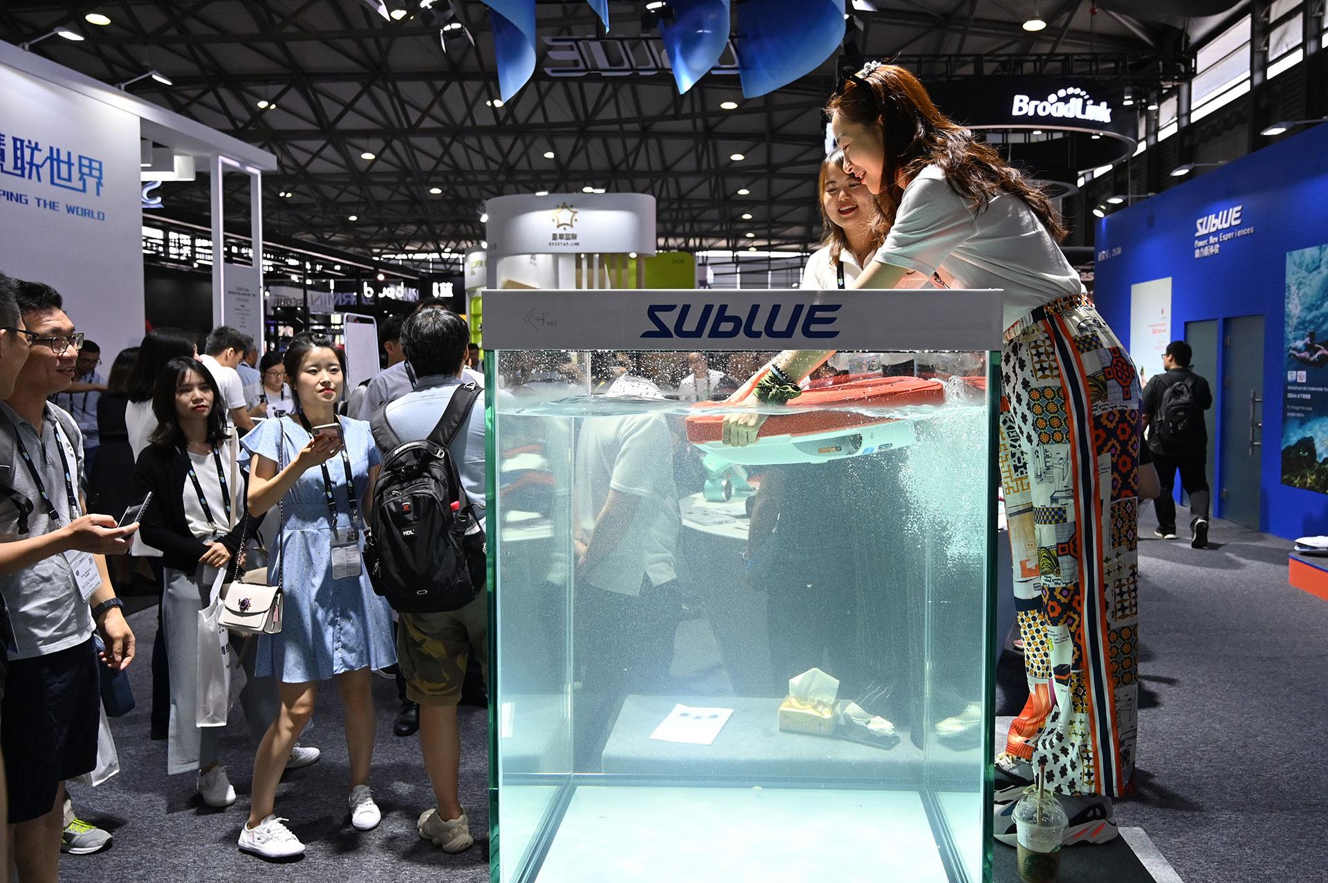 El nuevo drone Seabow de la empresa Sublue puede permanecer bajo el agua durante 45 minutos sin interrupción. (AFP)