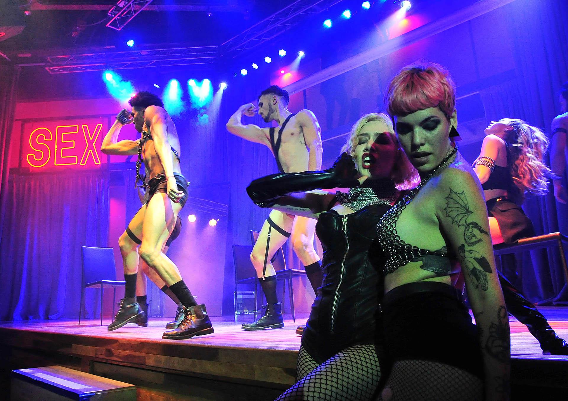 Arriba del escenario se pueden ver a los artistas realizando coreografías apasionadas que reflejan escenas de sexo