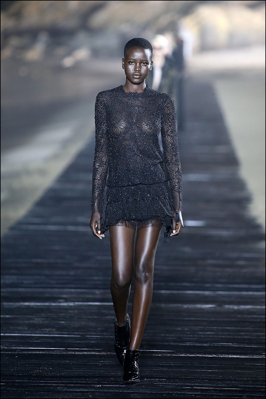 Un mini vestido con transparencia, muy provocador.