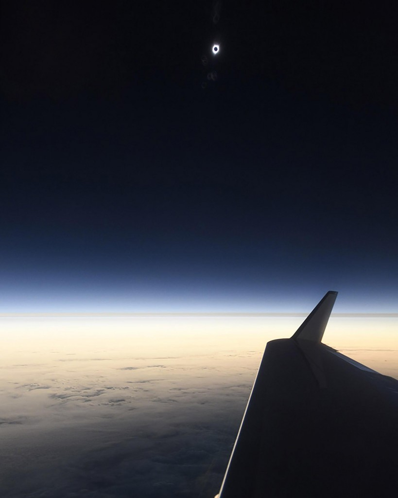 Esta foto es de los primeros vistazos del eclipse solar total del 2017 capturada por el fotógrafo de National Geographic Babak Tafreshi en un avión por encima del Pacífico en el momento en el que comenzó el eclipse. (BABAK TAFRESHI)