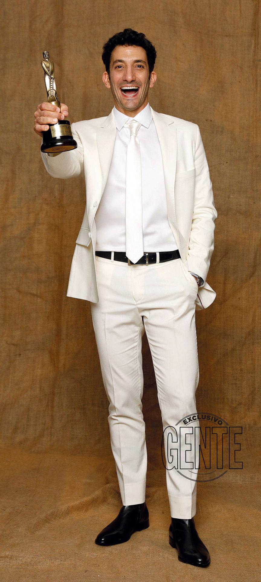 Juan Minujín (Actor Protagonista de Ficción Diaria por 100 días… (Telefe) por Raimondi y Terán, con gemelos y anillo de plata de Jean Pierre.