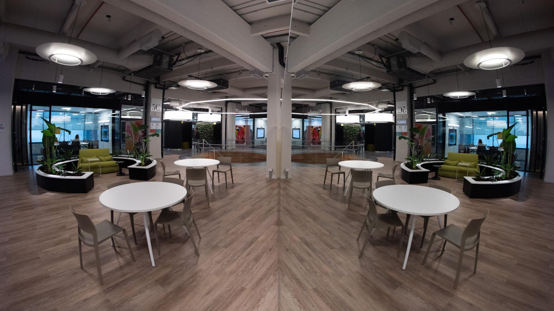 El lugar cuenta con diferentes espacios de reunión: hay algunos abiertos y otros cerrados para encuentros confidenciales