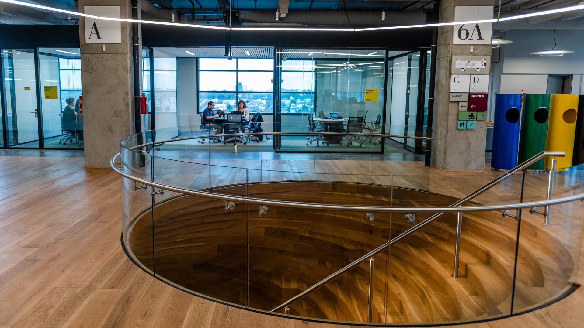 El equipamiento elegido para las nuevas instalaciones es flexible y se adapta a diferentes necesidades para promover el trabajo en equipo de la empresa