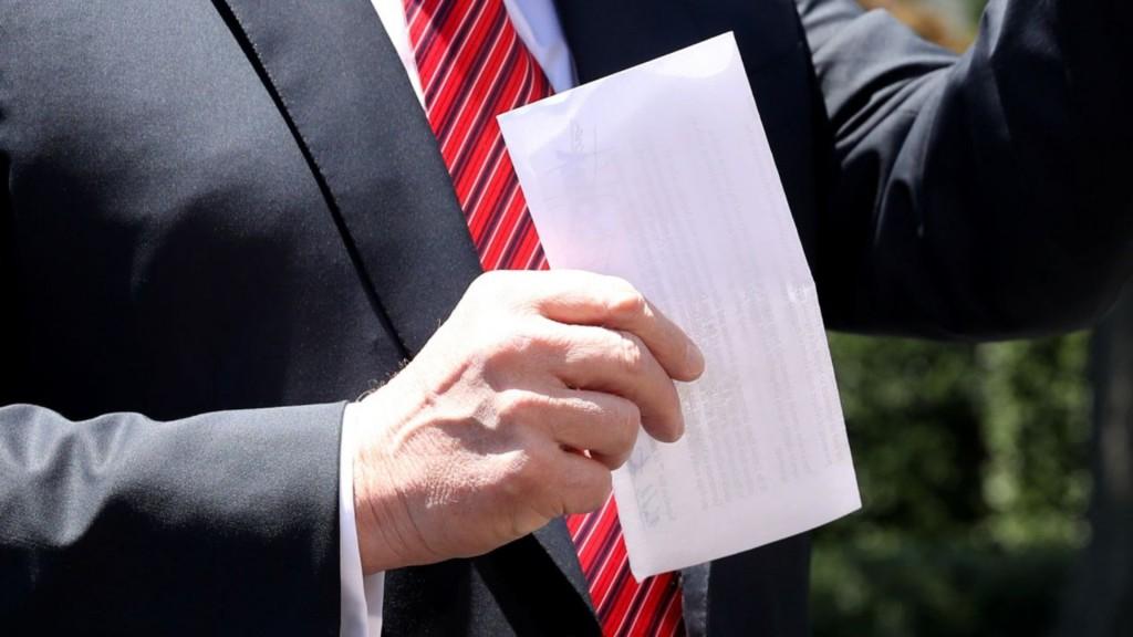 El supuesto documento secreto que presentó Trump este martes por la mañana (Foto: Reuters)